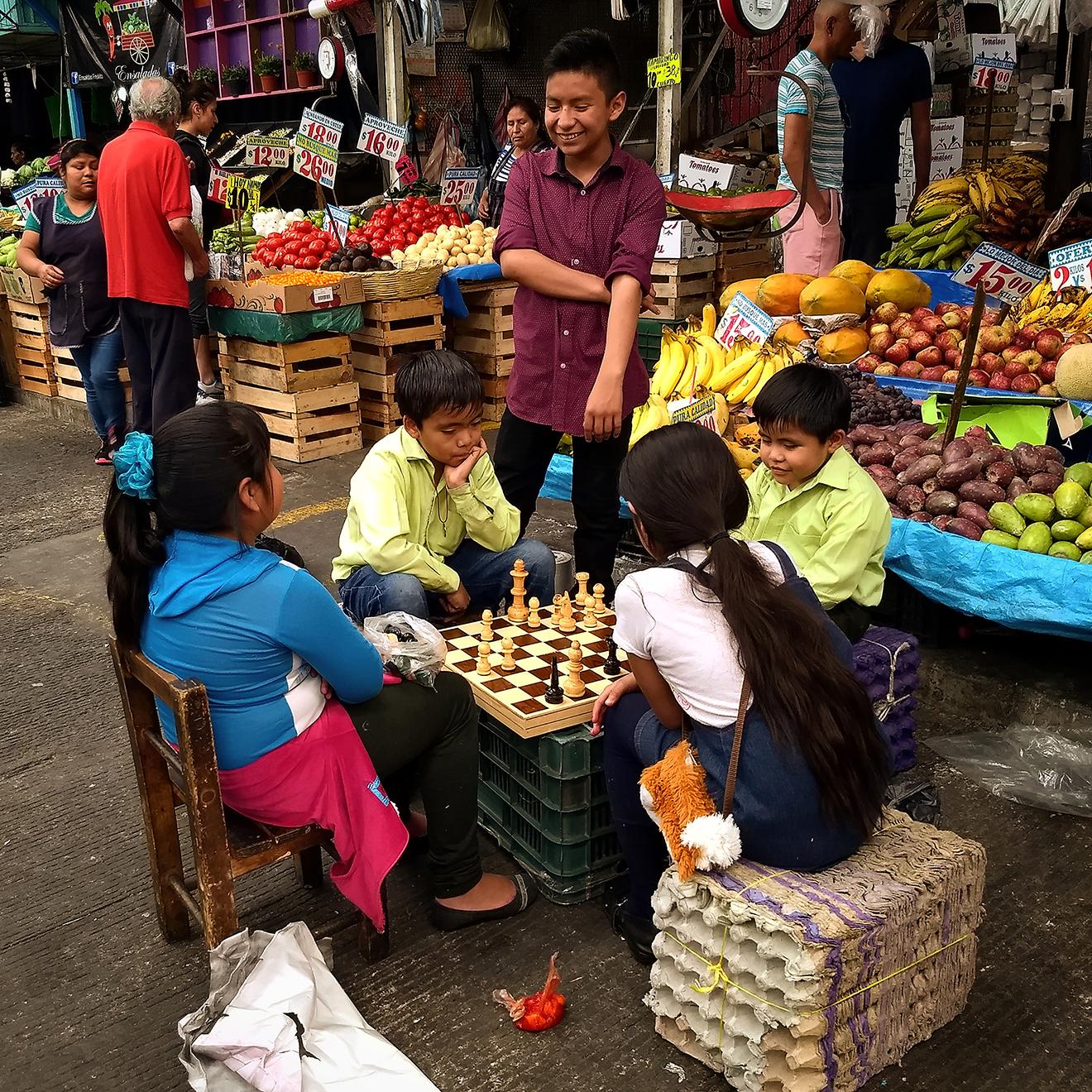 Niños jugando ajedrez en el mercado de la ciudad de México